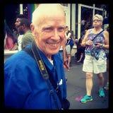 Fotógrafo legendário Bill Cunningham no homossexual Pride March de LGBT Fotos de Stock Royalty Free