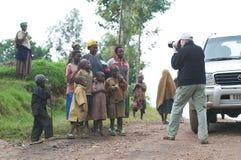 Fotógrafo a lo largo del camino en Rwanda Imágenes de archivo libres de regalías
