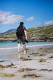 Fotógrafo masculino novo com dreadlocks em uma praia branca ensolarada da areia Fotos de Stock
