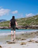 Fotógrafo masculino novo com dreadlocks em uma praia branca ensolarada da areia, Luskentyre, ilha de Harris, Hebrides, Escócia Foto de Stock