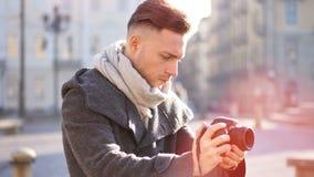 Fotógrafo masculino novo considerável que filma o vídeo exterior vídeos de arquivo