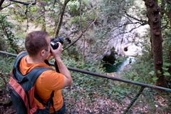 Fotógrafo masculino profissional na floresta/turista dos indivíduos no ambiente natural da floresta da fotografia da natureza, ap Fotografia de Stock