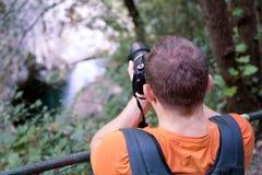 Fotógrafo masculino profissional na floresta/turista dos indivíduos no ambiente natural da floresta da fotografia da natureza, ap Foto de Stock Royalty Free