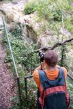 Fotógrafo masculino profissional na floresta/turista dos indivíduos no ambiente natural da floresta da fotografia da natureza, ap Foto de Stock