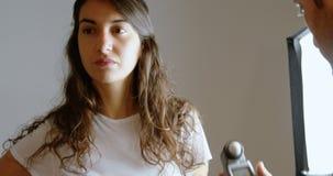 Fotógrafo masculino que grava uma entrevista usando o gravadora de voz 4k video estoque