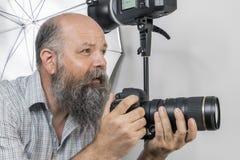 fotógrafo mayor barbudo en el trabajo imagen de archivo