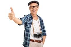 Fotógrafo mayor que da un pulgar para arriba Fotos de archivo