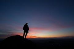 Fotógrafo mostrado em silhueta no céu do por do sol Fotografia de Stock Royalty Free