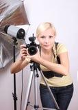 Fotógrafo, muchacha hermosa joven con la cámara Imágenes de archivo libres de regalías