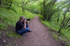 Fotógrafo na floresta imagem de stock