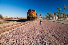 Fotógrafo na locomotiva do trem de mercadorias de BNSF nenhuma 5240 imagem de stock