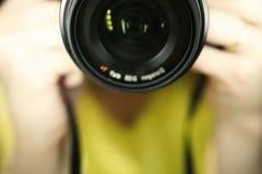 Fotógrafo na reflexão de espelho imagens de stock royalty free