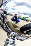 Fotógrafo na reflexão do cromo Fotos de Stock Royalty Free