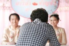 Fotógrafo no identificado que toma la foto de pares en la ceremonia de boda en julio 21,2013 en Nakornrac Foto de archivo