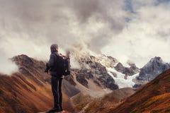 Fotógrafo no penhasco A natureza toma fotos com pico da câmera do espelho da rocha fotografia de stock royalty free