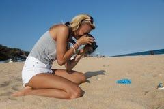 Fotógrafo no trabalho, fotografia da joia na praia Imagens de Stock Royalty Free
