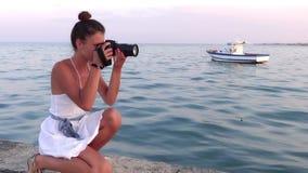 Fotógrafo novo Mar azul e pouco barco no fundo vídeos de arquivo