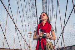 Fotógrafo novo na ponte de Brooklyn imagens de stock