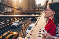 Fotógrafo novo na ponte em New York imagem de stock royalty free
