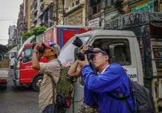 Fotógrafo novos que tomam imagens fotografia de stock