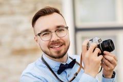 Fotógrafo o inconformista con la cámara de la película al aire libre imagenes de archivo