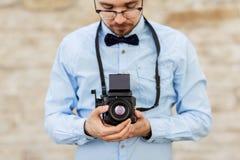 Fotógrafo o inconformista con la cámara de la película al aire libre imagen de archivo