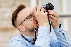 Fotógrafo o inconformista con la cámara de la película al aire libre imágenes de archivo libres de regalías