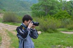 Fotógrafo o viajante atrás das fotos do película foto de stock