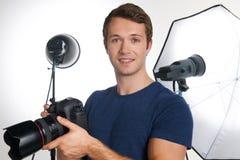 Fotógrafo profesional de sexo masculino Working In Studio Imágenes de archivo libres de regalías
