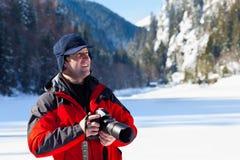 Fotógrafo profesional en el paisaje del invierno Foto de archivo