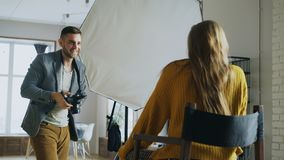 Fotógrafo profesional que toma las fotos del modelo en la cámara digital que trabaja en estudio de la foto imágenes de archivo libres de regalías