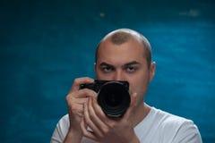 Fotógrafo profissional masculino que levanta com câmera imagens de stock royalty free