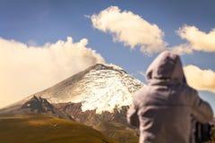 Fotógrafo profissional que levanta uma explosão poderosa do vulcão Fotografia de Stock
