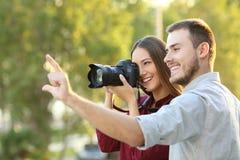 Fotógrafo que aprende en un curso de la fotografía foto de archivo