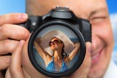 Fotógrafo que captura el retrato de la muchacha del bikini Fotografía de archivo libre de regalías