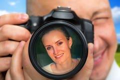 Fotógrafo que captura el retrato de la mujer hermosa Foto de archivo
