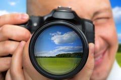 Fotógrafo que captura paisaje rural Foto de archivo