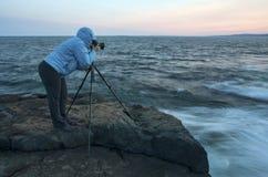 Fotógrafo que captura una puesta del sol Fotografía de archivo