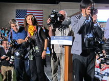 Fotógrafo que cobrem a campanha politica foto de stock