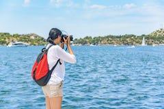 Fotógrafo que fotografa o por do sol no beira-mar imagens de stock
