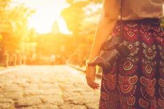 Fotógrafo que guarda sua câmera no por do sol Fotos de Stock Royalty Free