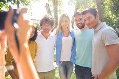 Fotógrafo que hace la foto de amigos de un grupo Fotografía de archivo