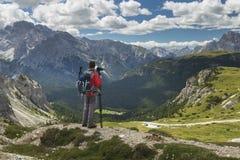 Fotógrafo que olha afastado em montanhas dos cumes da dolomite imagem de stock