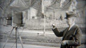 1936: Fotógrafo que pone el tiro que ordena a gente moverse encima almacen de video