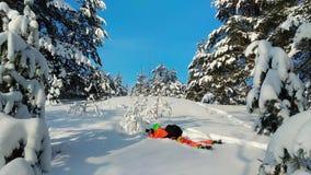 Fotógrafo que pone en una nieve y que toma la foto almacen de video