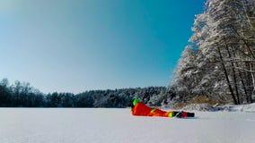 Fotógrafo que pone en una superficie del lago congelado almacen de metraje de vídeo
