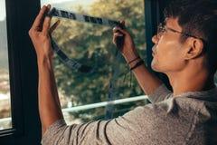 Fotógrafo que selecciona un marco en la película vieja imágenes de archivo libres de regalías