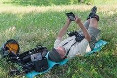 Fotógrafo que tiene resto al aire libre Fotografía de archivo
