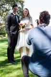 Fotógrafo que toma a foto recentemente do casal imagens de stock royalty free