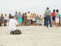Fotógrafo que toma fotos do grupo na praia Imagem de Stock Royalty Free